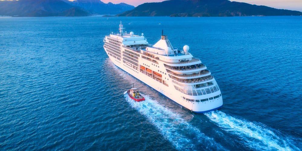 Kreuzfahrtschiff auf dem offenem Meer