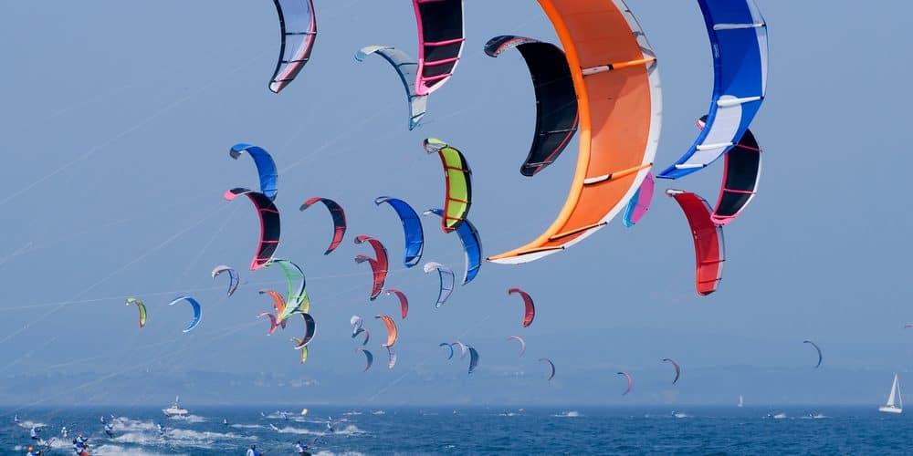 Blick auf die Kitesurfer auf dem Meer