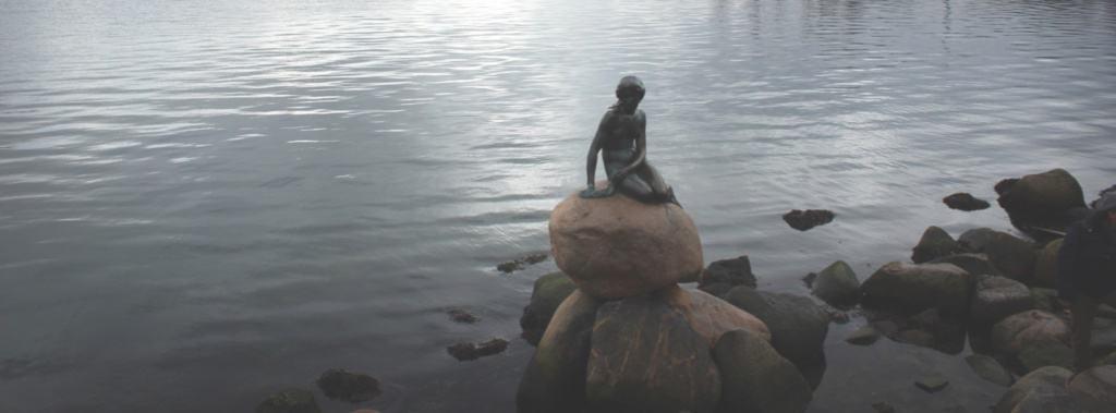 Die kleine Meerjungfrau ist das Wahrzeichen von Kopenhagen