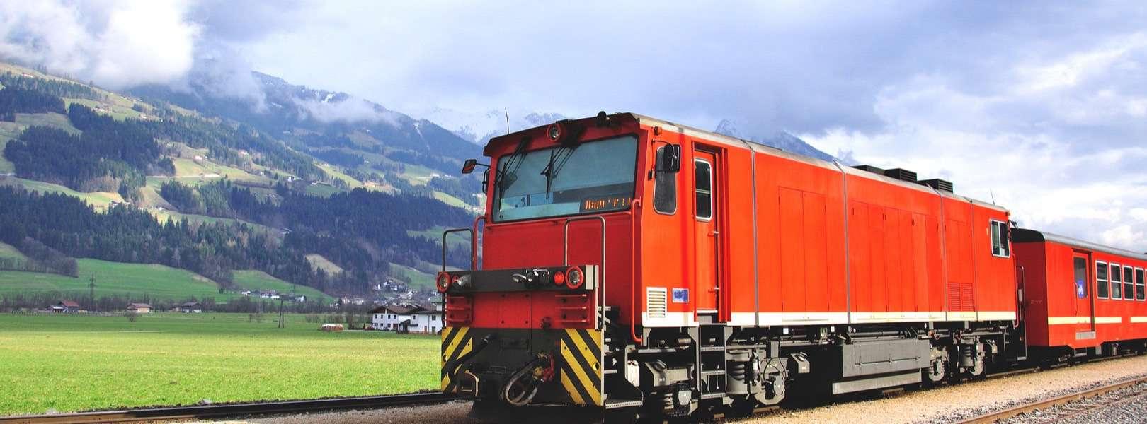 Blick auf das Zillertal mit der bekannten Zillertalbahn