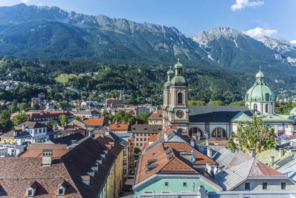 Die Altstadt Innsbruck mit Blick auf die Alpen