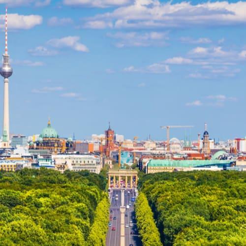 Urlaubsziele in Deutschland - Blick über Berlin mit dem Brandenburger Tor und Berliner Fernsehturm