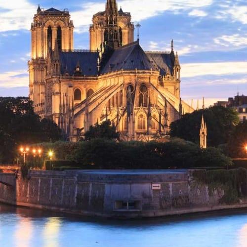 Ob der Glöckner wohl immer noch in dem geschichtsträchtigen Gebäude unterwegs ist ...? Finden Sie es heraus – in der Kathedrale Notre Dame in Paris
