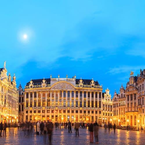 Überlick über den Grand Place in Brüssel bei Nacht