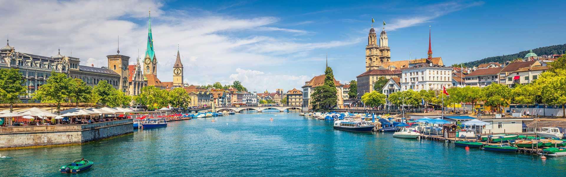 Beeindruckend: das Fraumünster inmitten der Altstadt von Zürich