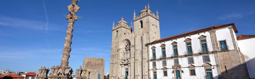 Se Catedral liegt in der Altstadt von Porto, die seit 1996 als Weltkulturerbe der UNESCO gilt.