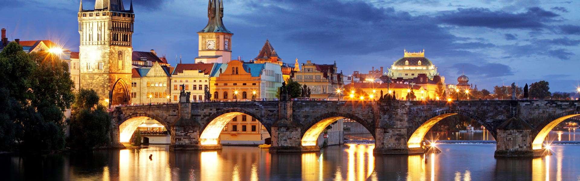 Seit dem 14. Jahrhundert über der Moldau: die Karlsbrücke in Prag