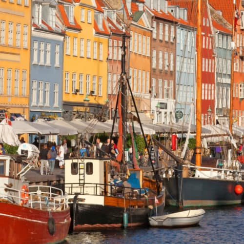 Stadtkern Nyhavn in Kopenhagen mit den vielen Schiffen und typischen dänischen Häusern