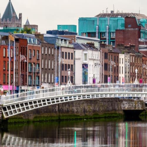 Die Ha`penny Brücke in Dublin prägt das Stadtbild