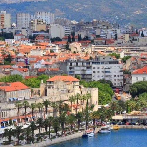 Blick über Split in der Region Dalmatien mit dem Mosor Gebirge im Hintergrund