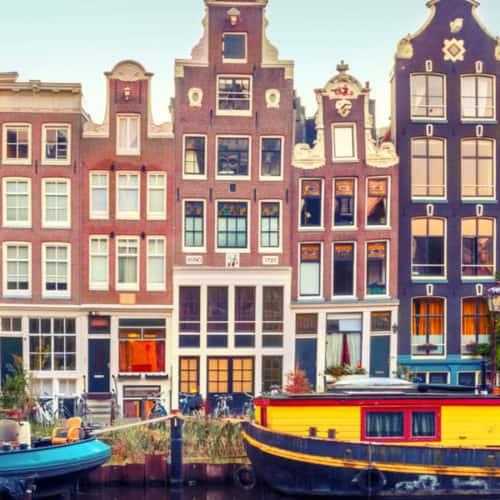 Amsterdam - Kanal mit einer typische holländische Häuserreihe in der Hauptstadt
