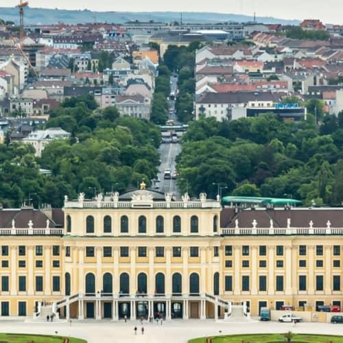 Schloss Schönbrunn und die Skyline von Wien