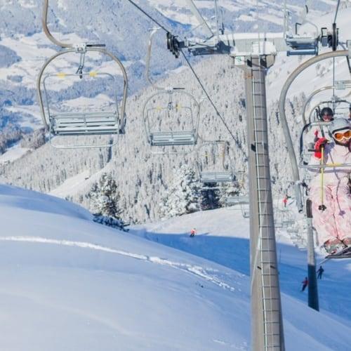 Skiurlaub in Österreich mit Blick auf die Skipiste