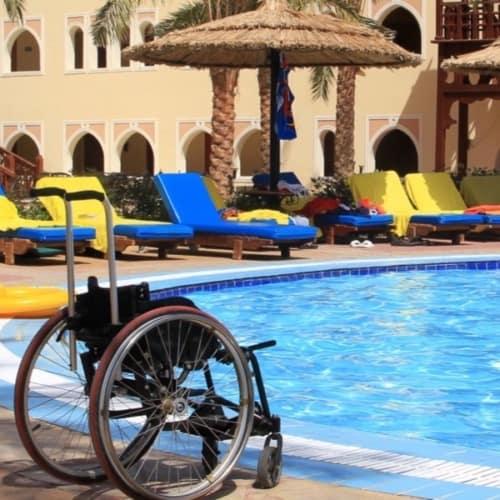 Blick auf nen Pool für Rollstuhlfahrer