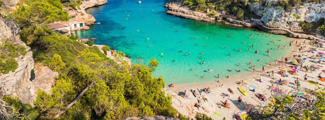 Schöne Reiseziele in Südeuropa - Blick auf den Strand auf Mallorca in Spanien