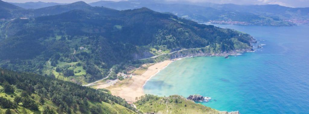 Baskenland: Blick auf die Natur und Küste im Baskenland