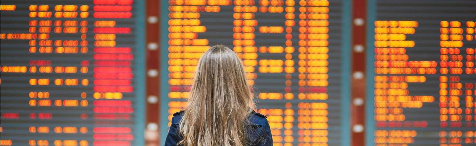 Entschaedigung bei Flugverspaetung mit Blick auf eine Flughafenanzeigetafel