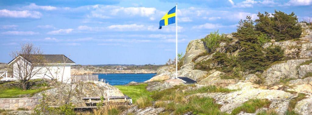 Blick auf die Landschaft mit der Flagge Schwedens