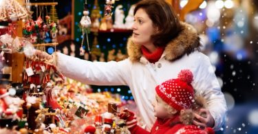 Weihnachtsmärkte in NRW - Mit Süßigkeiten gefüllter Adventsstand