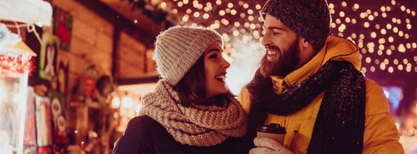 Weihnachtsmärkte in NRW - Verliebtes Paar in Adventsstimmung