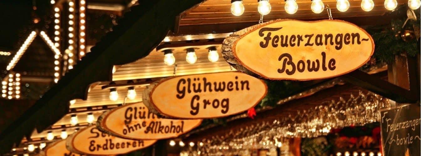 Spezialitäten auf Weihnachtsmärkten in NRW - Holzschilder: Glühwein, Feuerzangenbowle