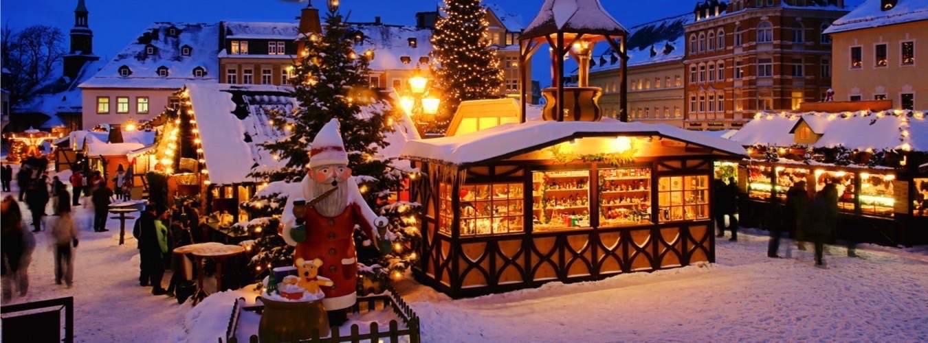 Beleuchteter Weihnachtsmarkt - Adventshütten