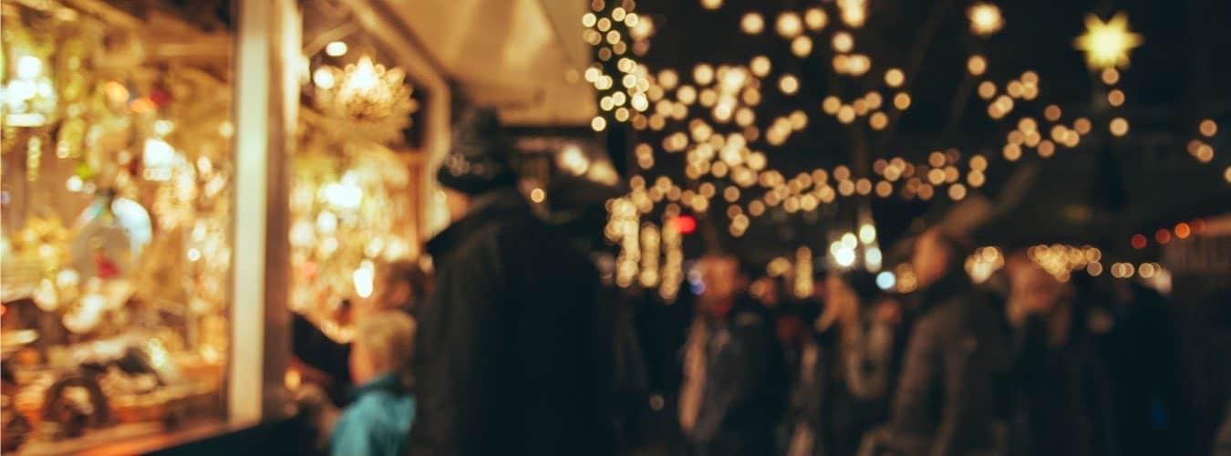 Weihnachtsmarkt in NRW - Lichtermeer und Weihnachtsstand mit Besuchern