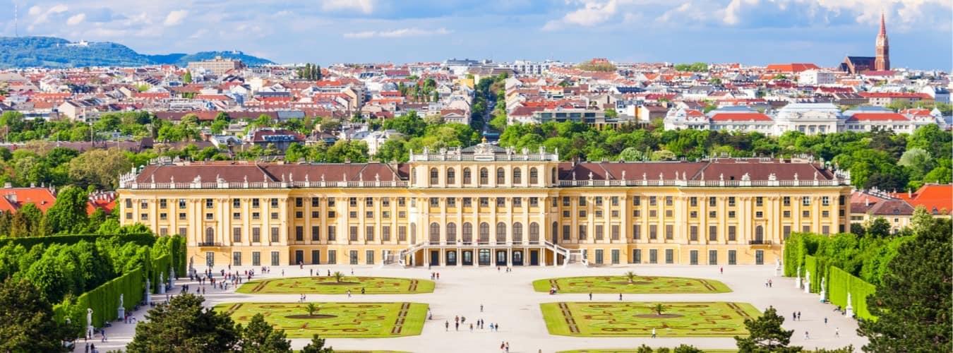 Blick auf den Garten von Schloss Schönbrunn in Wien - Österreich Sehenswürdigkeiten