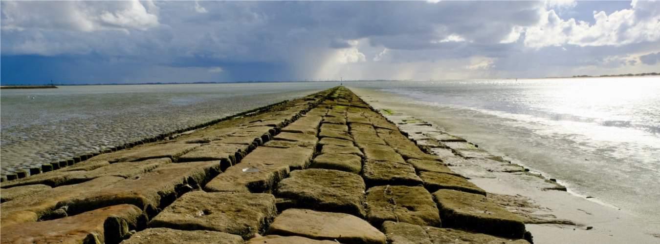 Ostfriesische Insel Baltrum mit Damm im Meer