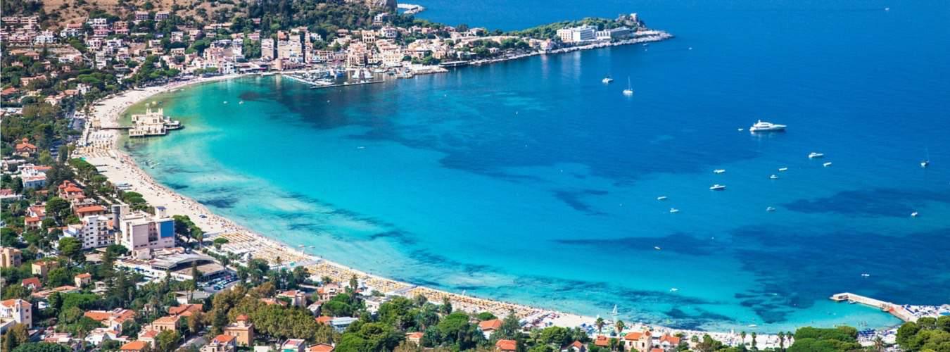 Italien Reiseziele mit weißem Sandstrand und Meer