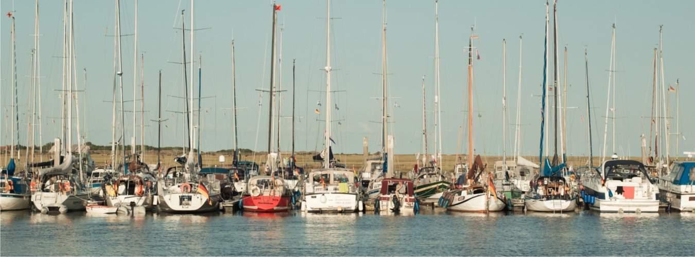 Segelyachten am Hafen von Spiekeroog